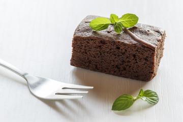 Brownie mit Minzblatt