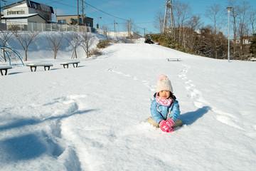 雪の上に座る子供