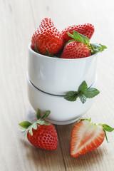 Frische Erdbeeren, Schalen, geschnitten