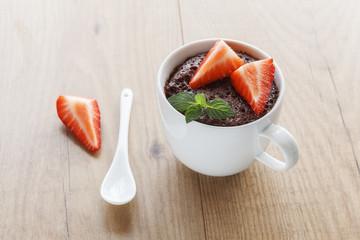Schokoladen-Tassenkuchen mit Erdbeeren und Minze