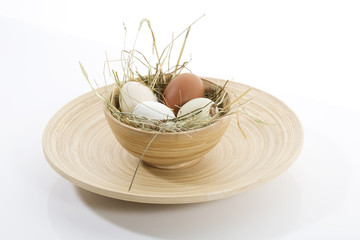 Eier in Holzschale auf Teller