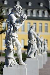 Götter vor dem Schloss