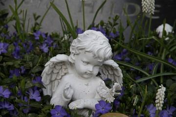 Friedhofsengel zwischen Blüten