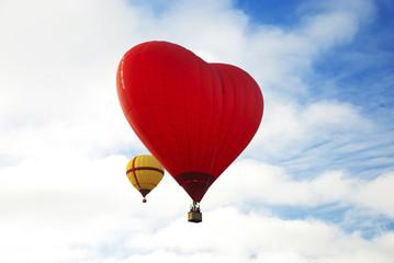 Полет на красном воздушном шаре