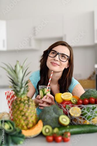 frau ernährt sich gesund - 81986171
