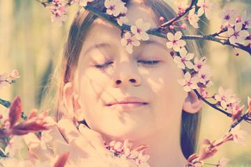 Entspannung  - Kind genießt den Frühling