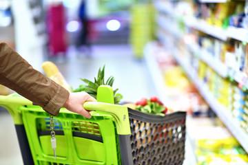 Einkaufswagen im Supermarkt // shopping supermarket