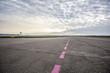 Flughafen Landebahn und Flugfeld bei Sonnenaufgang - 81993704