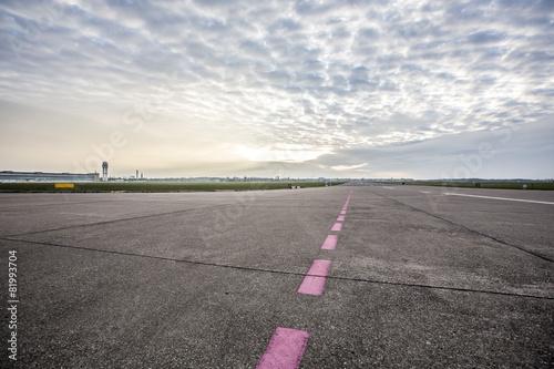Flughafen Landebahn und Flugfeld bei Sonnenaufgang