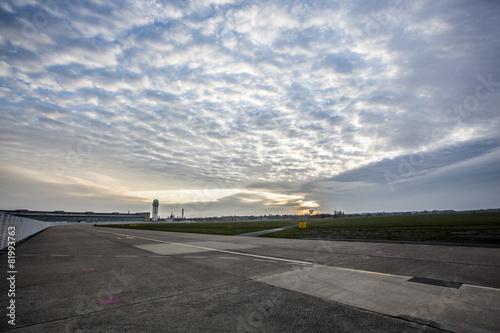 Foto Spatwand Luchthaven Flughafen Landebahn und Flugfeld bei Sonnenaufgang