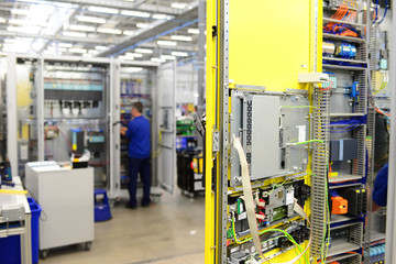 Montage von Schaltschränken in einer Fabrik
