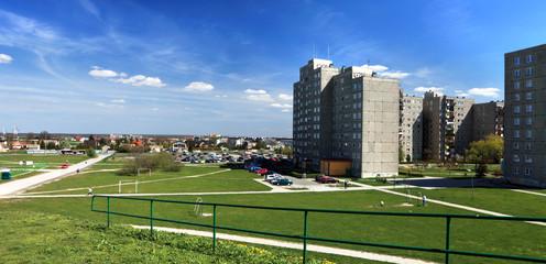 Panorama miasta, bloki mieszkalne.