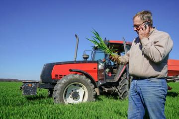 Getreidedüngung, Landwirt telefoniert mit Fachberater