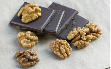 кусочки шоколада и орехи