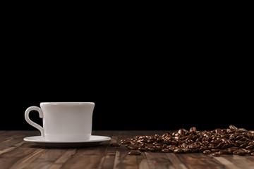 Tasse Kaffee vor schwarzem Hintergrund