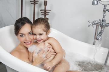 Madre e hija en la bañera
