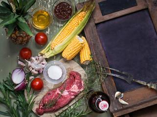 Zutaten für ein Barbecue mit Rindersteak und Mais