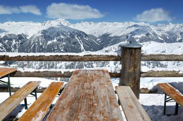 Skifahren Pause –Skihütte Rastplatz mit Alpenpanorama