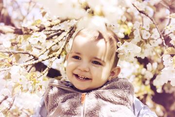 Lächelnder Junge in Frühlingsblüten