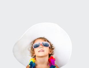 bambina con cappello e occhiali da sole