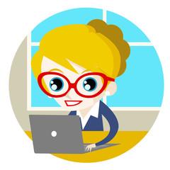 una mujer en la oficina trabajando con su computadora