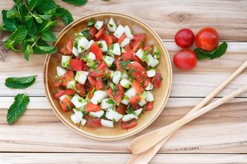 Salade de concombre et tomate aux herbes (Ketchumbar)