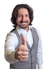 Arabischer Geschäftsmann zeigt den Daumen