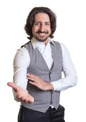 Arabischer Geschäftsmann lädt ein