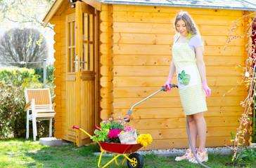 Frau giesst den Garten