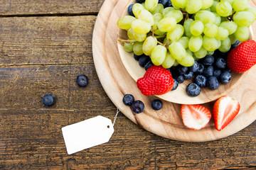 Gefüllter Obstteller mit leerem Zettel