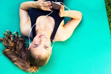Frau beim Workout in der Natur