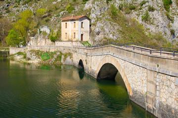 Ponte sul lago di San Domenico in Abruzzo