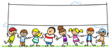 Kinder halten leeres Banner in der Natur