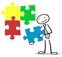 Mann hält Teil vom Puzzle