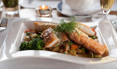 Fischfilet Teller mit frischen Gemüsesorten