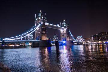 Panoramica  notturna del Tower Bridge  a Londra