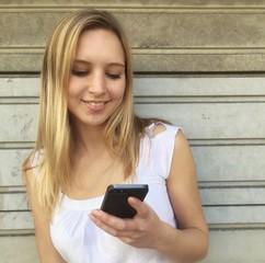 Frau liest Nachricht auf Smartphone