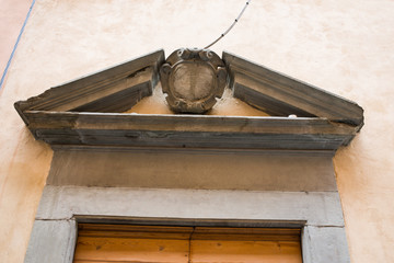 Frontone timpano e decorazioni, Portone di legno