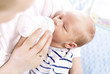 Leinwanddruck Bild - Matka karmi niemowlę