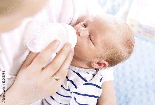 Leinwanddruck Bild Matka karmi niemowlę
