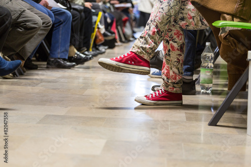 Many people in a waiting room - 82047558