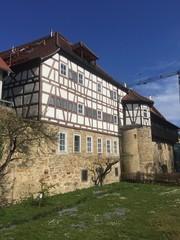 Teil der Öhringer Stadtmauer mit mittelalterlichem Gebäude
