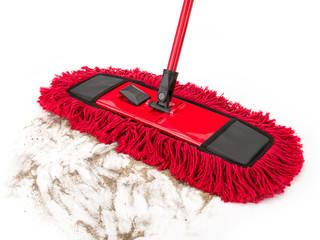 Roter Wischmopp mit schmutziger Fläche