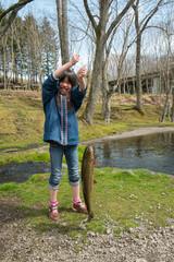 魚を釣り上げた子供