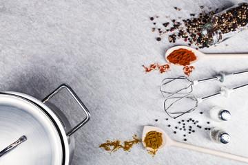 Küchenutensilien Gewürze auf Steinplatte
