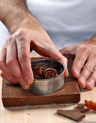 Cocinero preparando,cortando chocolate,cocinando con chocolate.