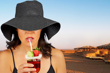 giovane donna con drink in spiaggia