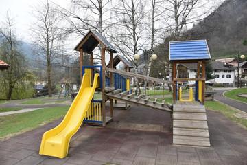 giochi per bambini al parco scivolo
