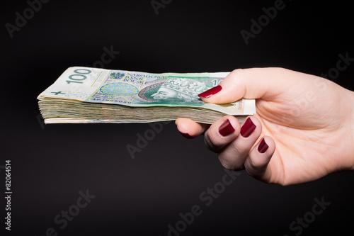Polskie pieniądze w kobiecej dłoni - banknoty - 82064514