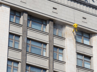 Cleaner - cleans house facade climber